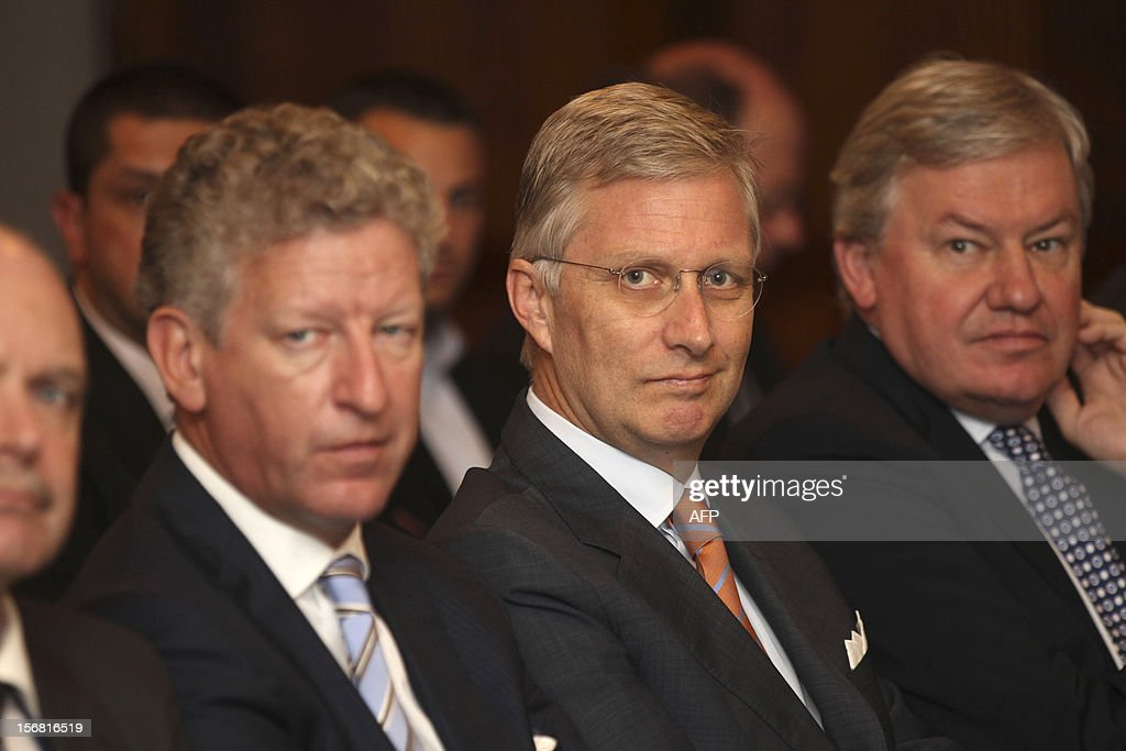 Prince Phillipe of Belgium (C) watches a signing ceremony of commercial agreements between eight Australian and Belgium companies in Sydney on November 22, 2012. Philippe is on an 11-day mission to Australia and New Zealand to strengthen economic and trade ties. AFP PHOTO /POOL / Rob GRIFFITH