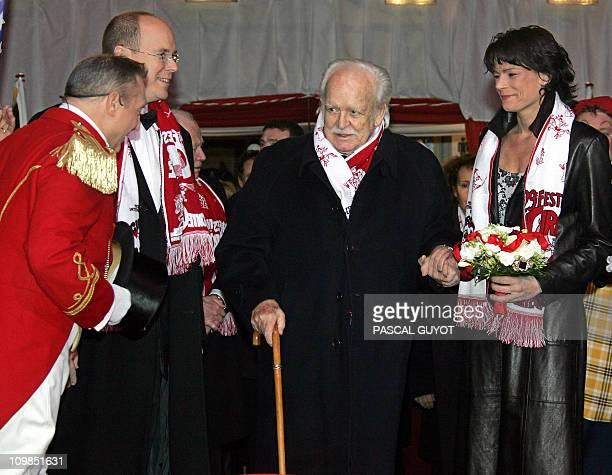 Prince Rainier de Monaco arrives with his daughter princess Stéphanie and son prince Albert at the MonteCarlo circus festival in Monaco late 25...