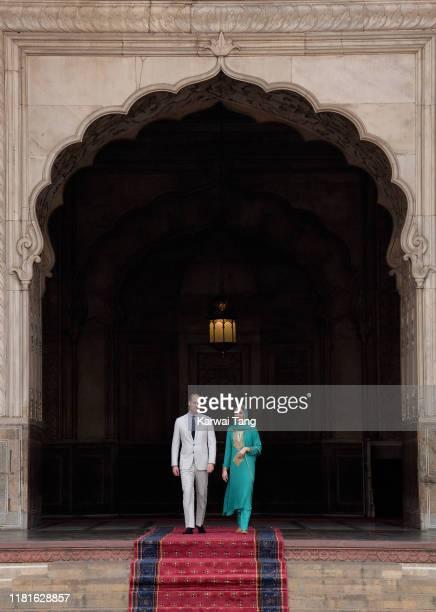 Prince William Duke of Cambridge and Catherine Duchess of Cambridge visit the Badshahi Mosque on October 17 2019 in Lahore Pakistan The Badshahi...