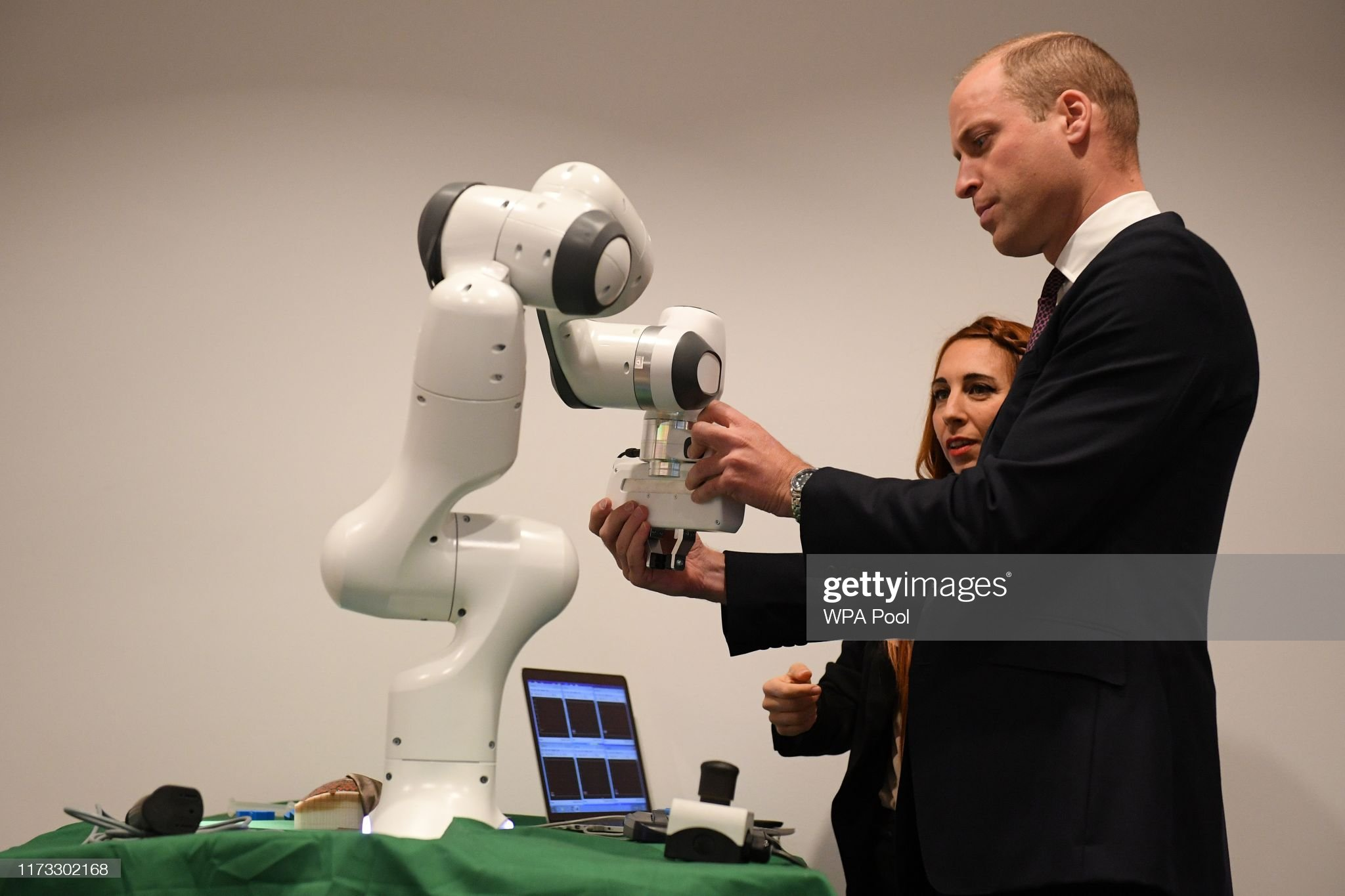 prince-william-duke-of-cambridge-interacts-with-a-robotic-arm-to-up-picture-id1173302168