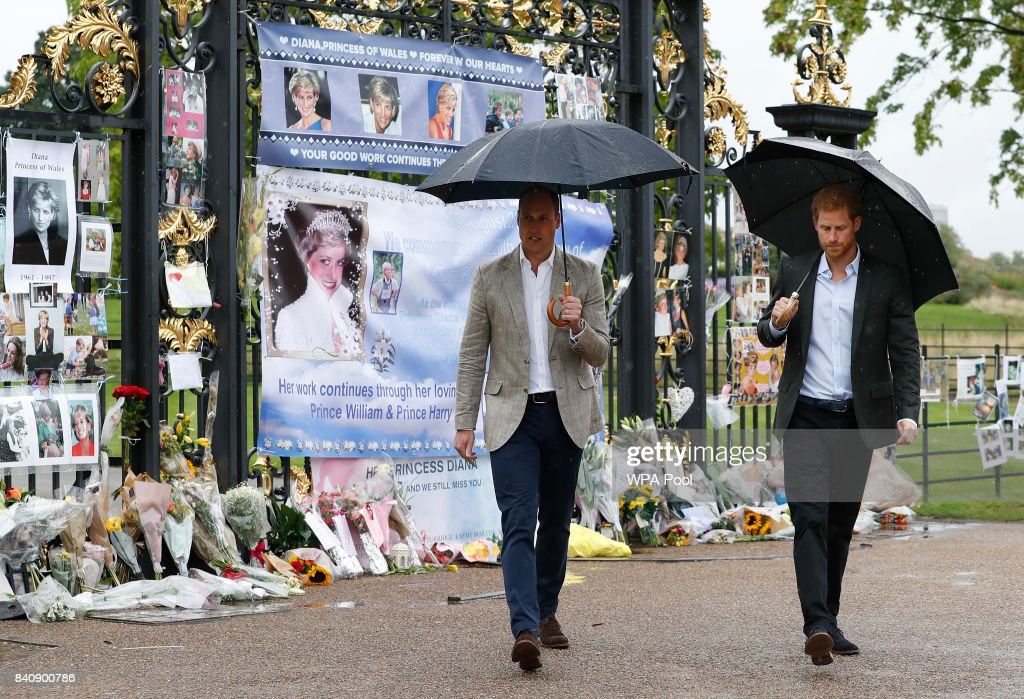 The Duke And Duchess Of Cambridge And Prince Harry Visit The White Garden In Kensington Palace : Nachrichtenfoto