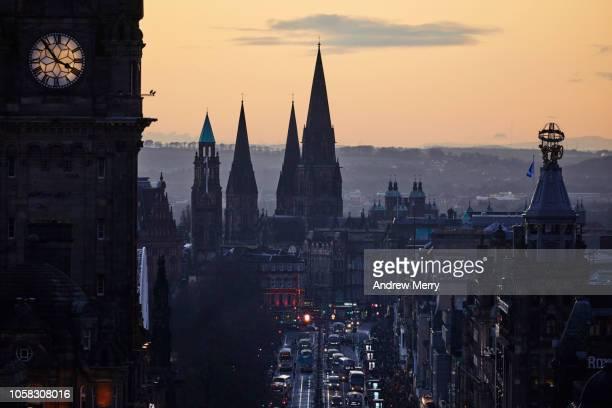princes street, edinburgh at dusk - balmoral hotel stock pictures, royalty-free photos & images