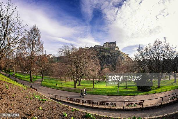 princes street gardens and edinburgh castle - theasis stockfoto's en -beelden