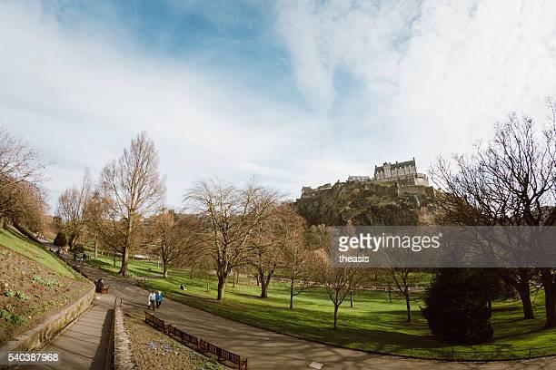princes street, el castillo de edimburgo y jardines - theasis fotografías e imágenes de stock