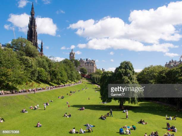 princes street gardens, edinburgh, on a sunny day in august. - balmoral hotel stock pictures, royalty-free photos & images