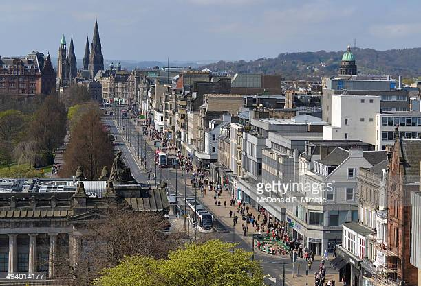 princes street in edinburgh in  scotland - new town edinburgh fotografías e imágenes de stock