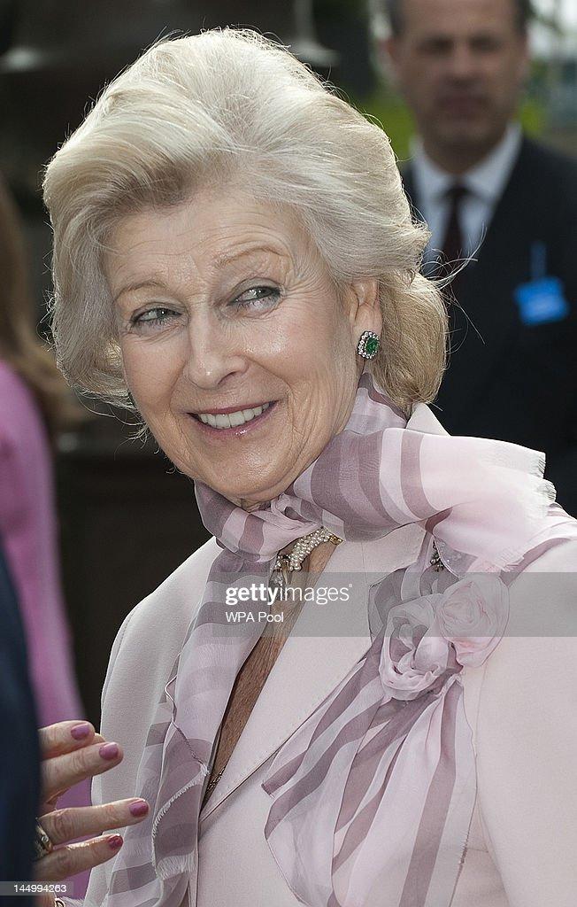 Queen Elizabeth II And The Duke Of Edinburgh Visit The Chelsea Flower Show : News Photo