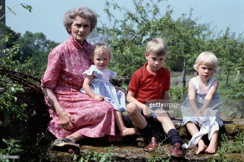 Princess Alice with Her Grandchildren : Nieuwsfoto's