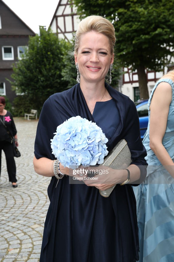 Высший свет. Галерея - Страница 13 Princess-anna-von-bayern-during-the-wedding-of-princess-theodora-zu-picture-id1003464200