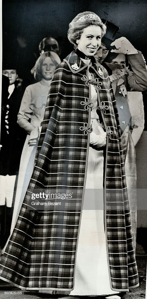 Princess Anne went to the fair in a full-length cloak; It's a cape in regimental colors of the 8th C : Nyhetsfoto