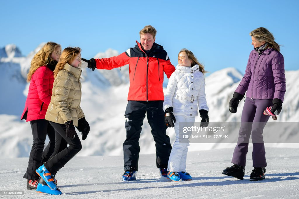 Princess Catharina-Amalia of the Netherlands, Princess Alexia of the Netherlands, King Willem-Alexander of the Netherlands, Princess Ariane of the Netherlands and Queen Maxima of the Netherlands pose at a photocall during their ski holidays, in Lech am Arlberg, Austria, on February 26, 2018. / AFP PHOTO / APA / DIETMAR STIPLOVSEK / Austria OUT