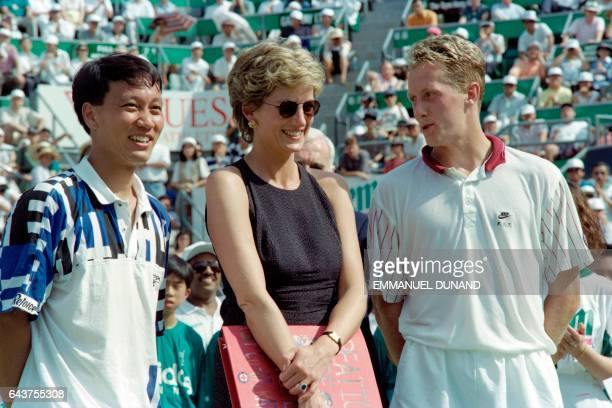 Princess Diana is flanked by tennis players US Michael Chang and Sweden's Jonas Bjorkman during the awards ceremony at the Hong Kong Open on April 23...