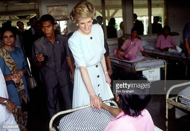Princess Diana Shaking Hands With A Leprosy Patient At Sitanala Leprosy Hospital Jakarta Indonesia