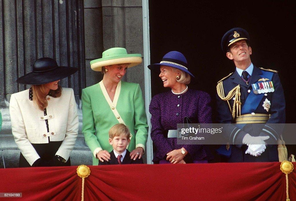 Royals At Buckingham Palace 1990 : News Photo