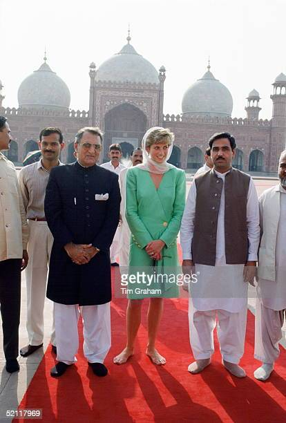 Princess Diana Visiting Badshahi Mosque In Lahore, Pakistan. She Is Barefoot.