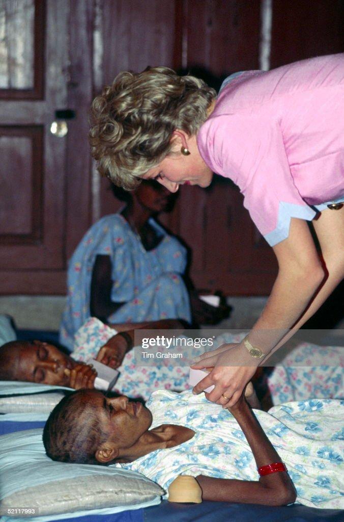Princess Diana At Mother Teresa Hospice : News Photo