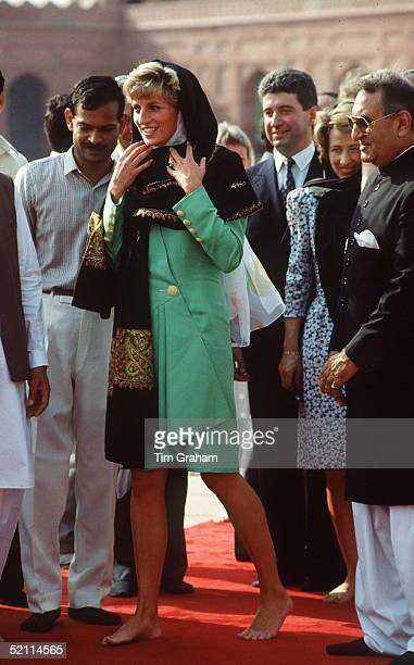 Princess Diana Visiting The Badshahi Mosque In Lahore Pakistan Behind Her Is Her Private Secretary Patrick Jephson And Her Ladyinwaiting Viscountess...