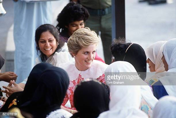 Princess Diana Visiting The Sultan Qaboos University In Oman And Meeting Some Of The Female Students Gulf Tour