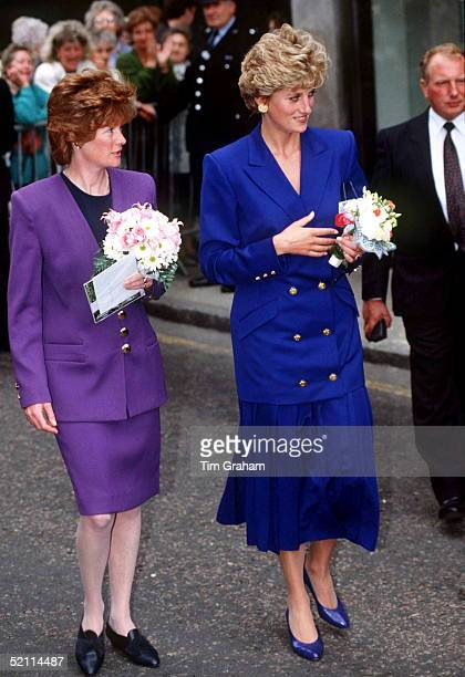 Princess Diana With Her Sister Lady Sarah Mccorquodale On A Walkabout In Nottingham Lady Sarah Took On The Role Of Ladyinwaiting To Her Younger Sister