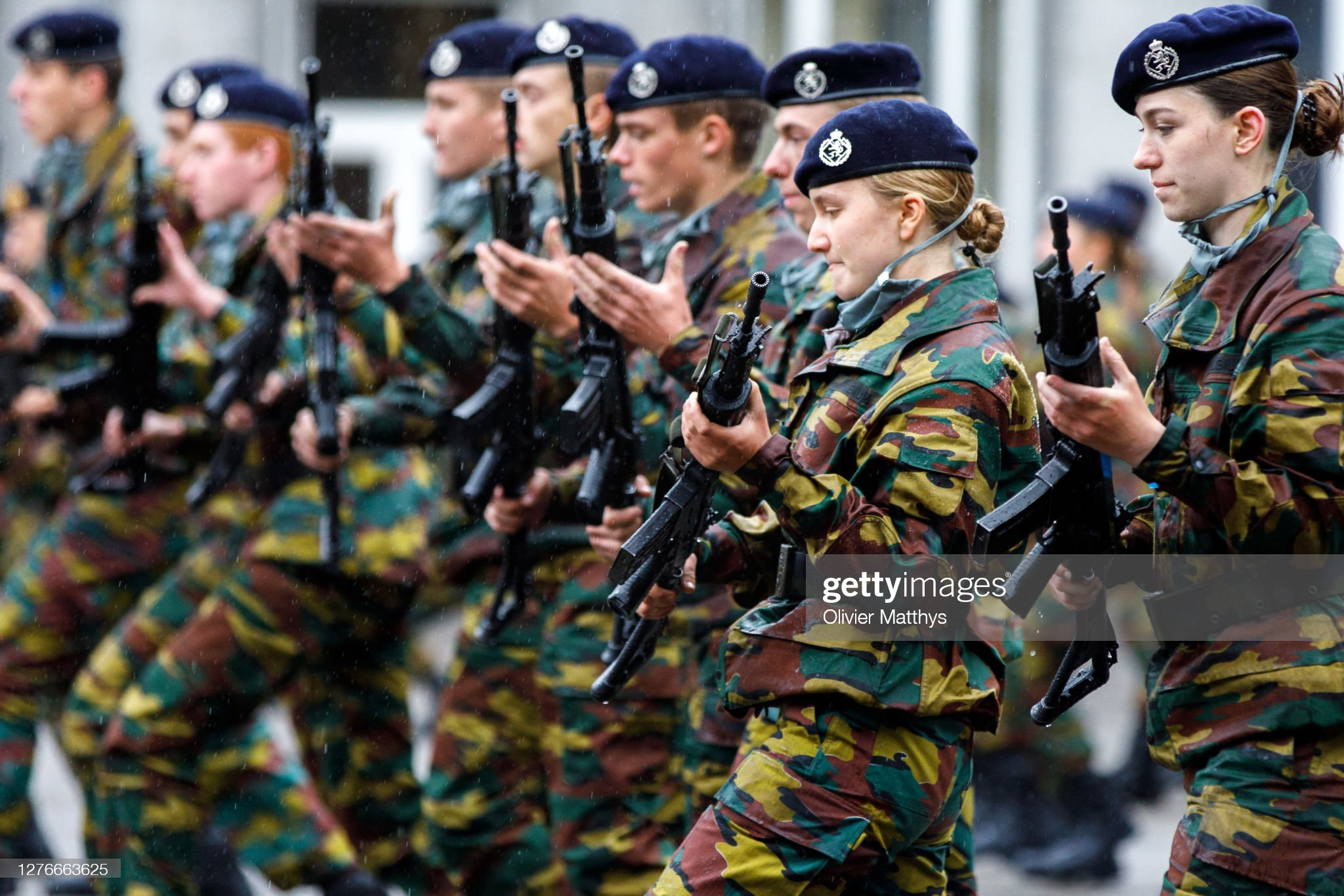 princess-elisabeth-of-belgium-and-her-platoon-salute-and-present-arms-picture-id1276663625
