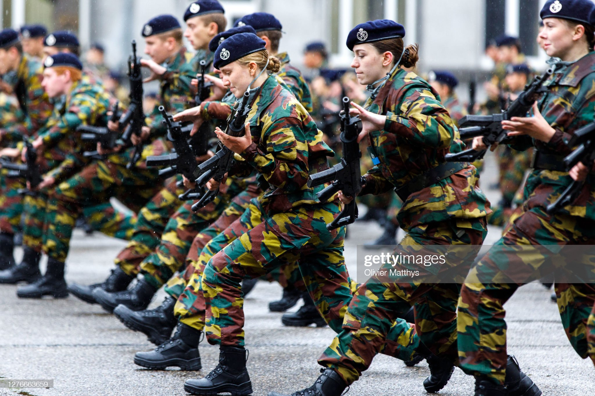 princess-elisabeth-of-belgium-and-her-platoon-salute-and-present-arms-picture-id1276663659