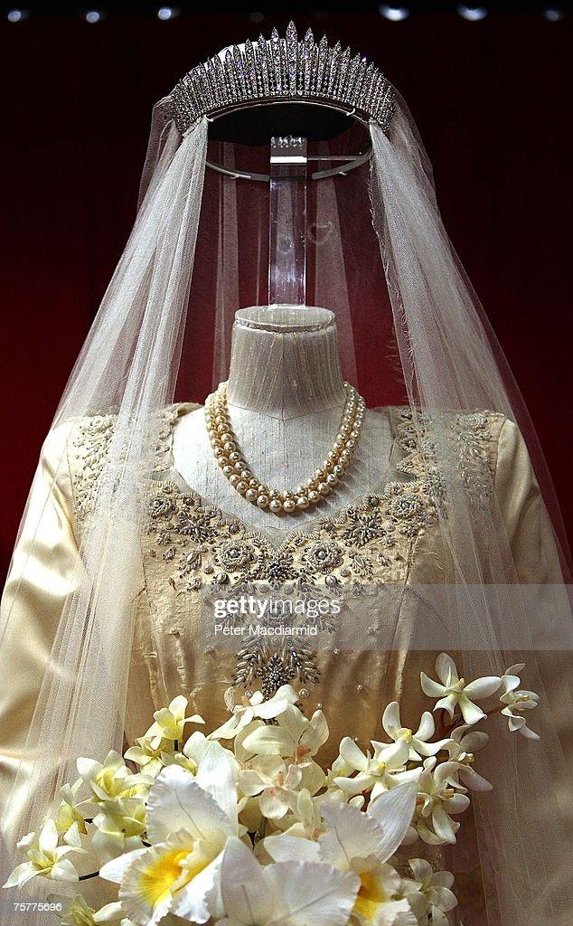 Buckingham Palace Marks Queen's 60th Wedding Anniversary : News Photo