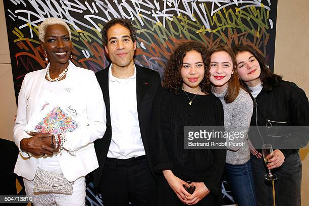 Princess Esther Kamatari du Burundi Artist JonOne his daughter Jaika and her friends pose in front of a work JonOne has just realized in Live during...