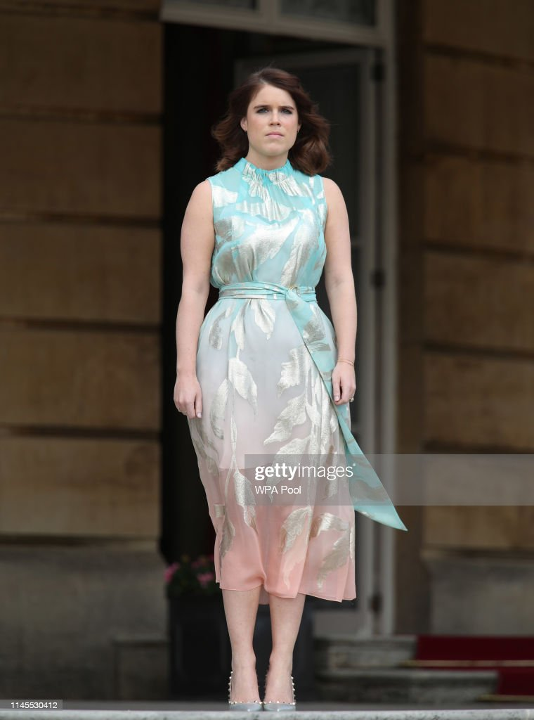 Duke Of Edinburgh Gold Award Presentations At Buckingham Palace : Nachrichtenfoto