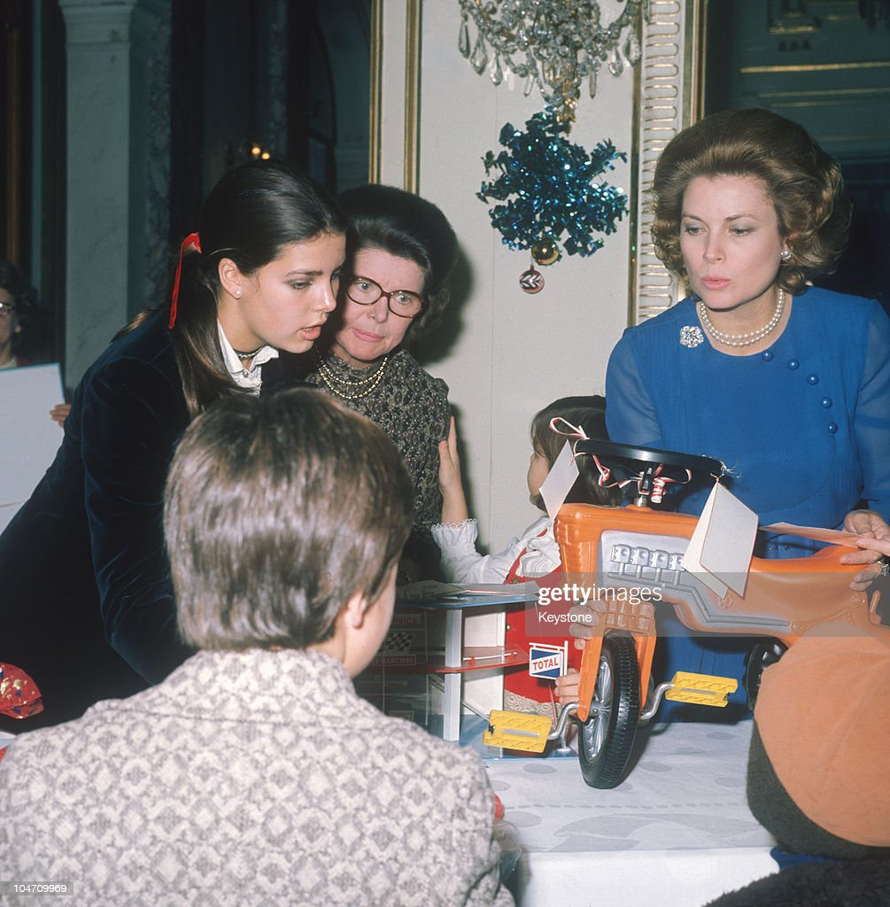 Grace And Caroline With Christmas Gifts : News Photo