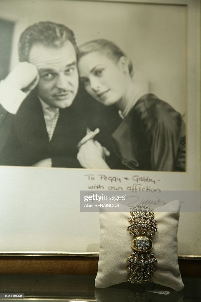 The exhibition at Sotheby's for the 25th anniversary of the death of Princess Grace of Monaco in New York, United States on October 24th, 2007. : Nieuwsfoto's