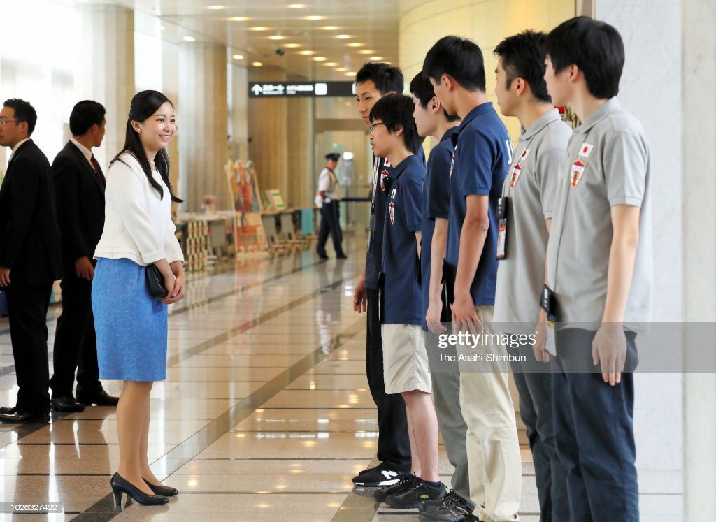 CASA IMPERIAL DE JAPÓN - Página 25 Princess-kako-of-akishino-talks-with-japan-team-members-after-the-picture-id1026327422