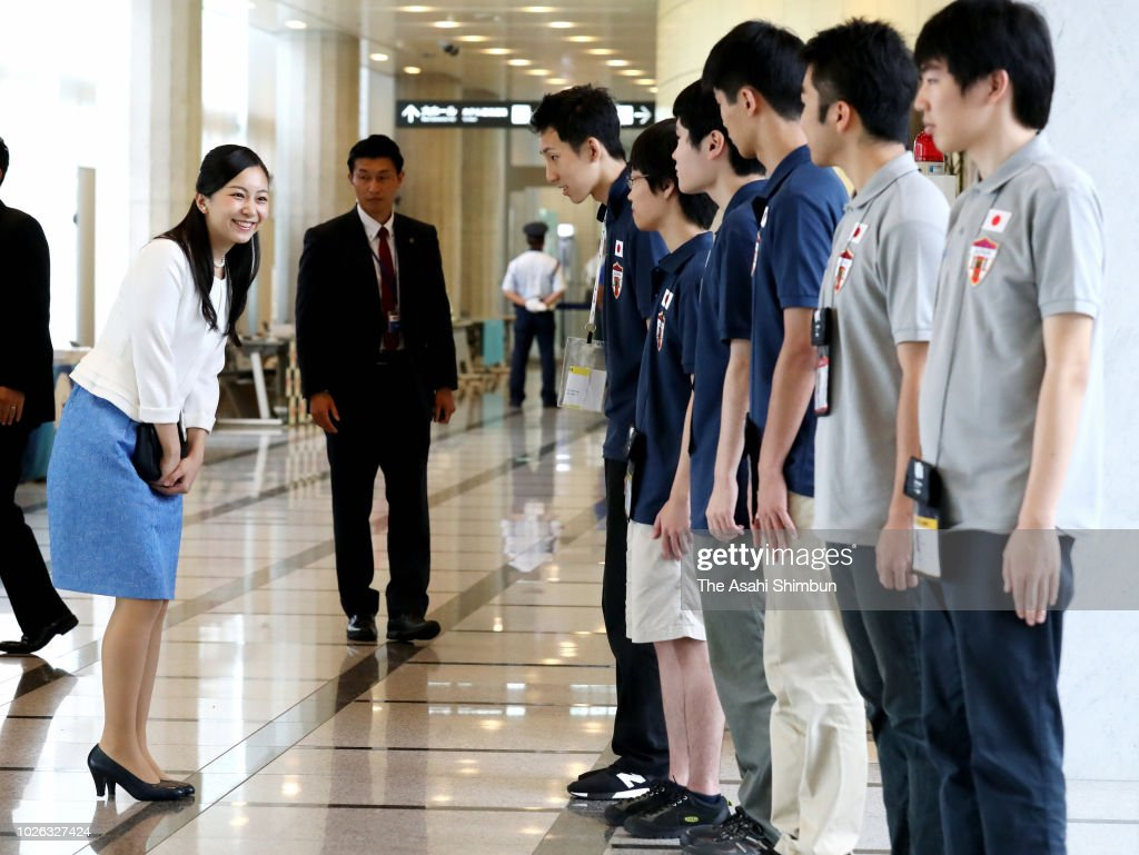 CASA IMPERIAL DE JAPÓN - Página 25 Princess-kako-of-akishino-talks-with-japan-team-members-after-the-picture-id1026327424