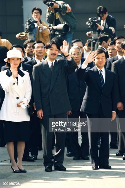 Princess Kiko Prince Akishino and Crown Prince Naruhito wave to Emperor Akihito and Empress Michiko at Haneda Airport on October 23 1992 in Tokyo...