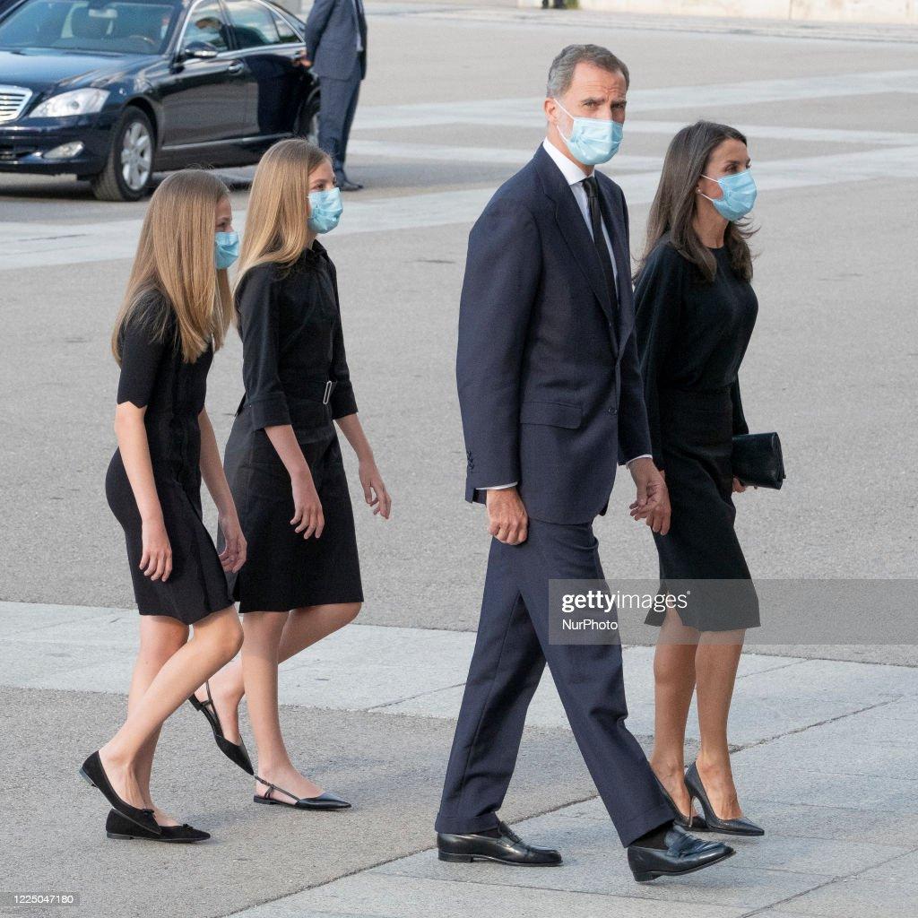 Spanish Royals Attend Mass For Victims Of Covid-19 at la Almudena Cathedral : Foto di attualità