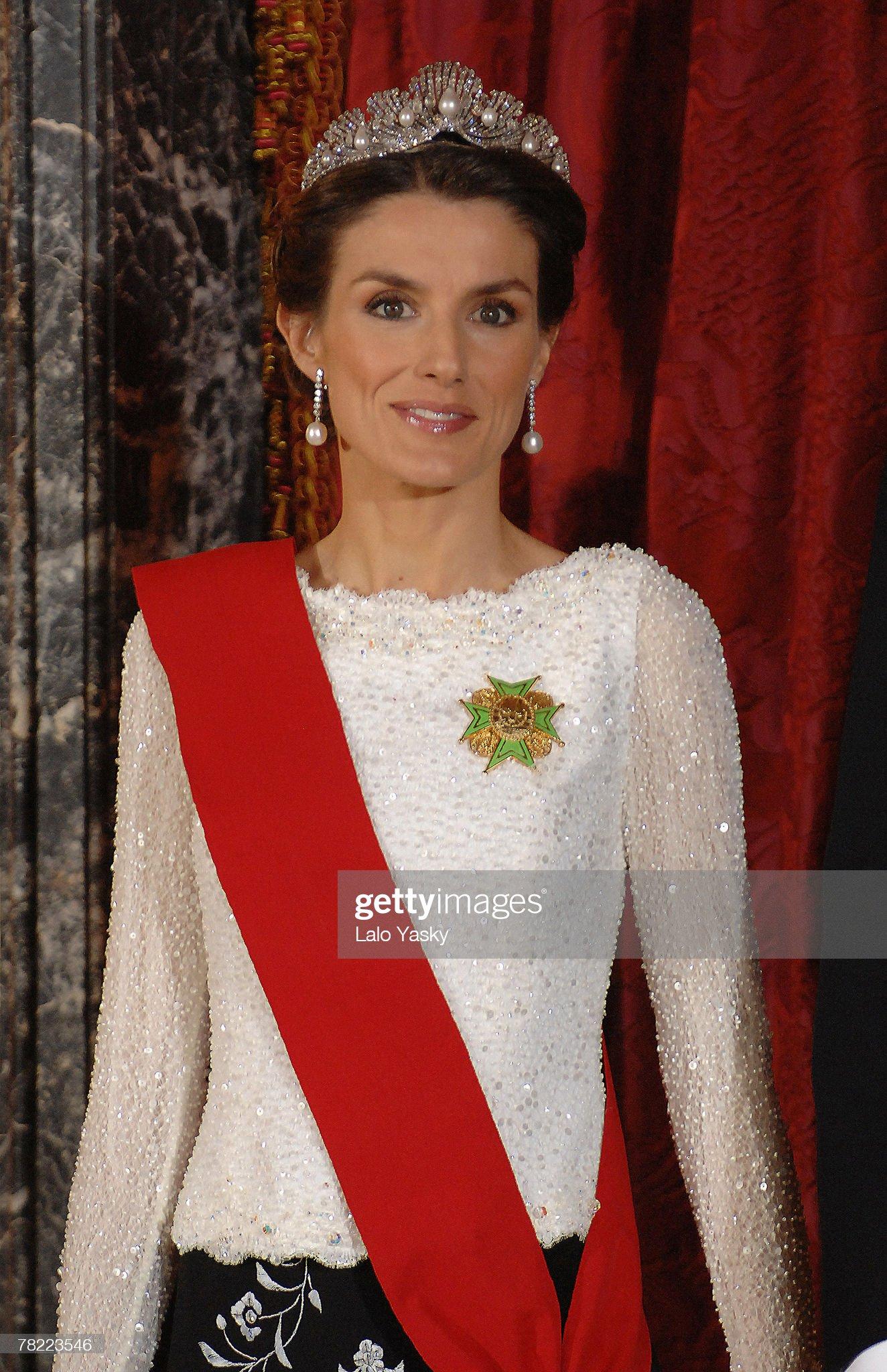 Вечерние наряды Королевы Летиции Spanish Royals Host Gala Dinner : News Photo