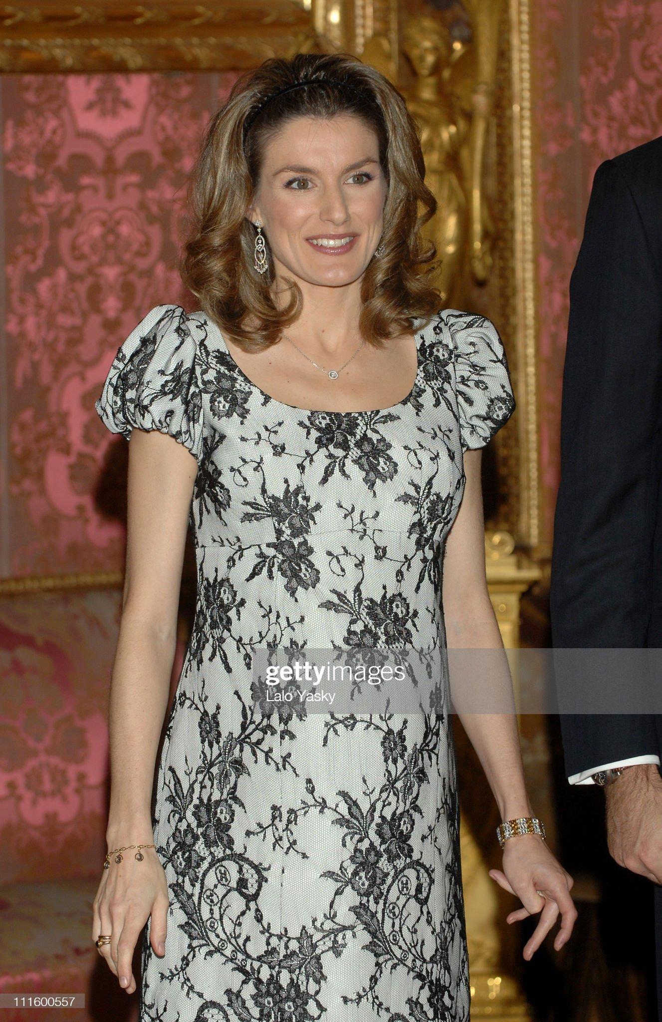 Вечерние наряды Королевы Летиции Spanish Royals Receive Mexican President - January 29, 2007 : News Photo