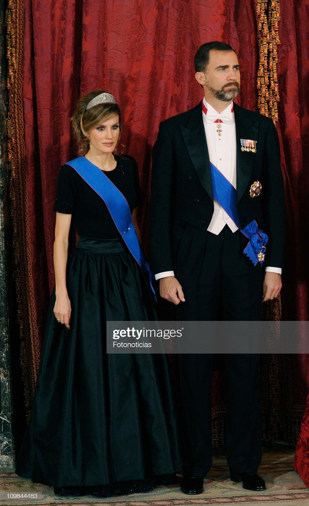 Вечерние наряды Королевы Летиции Spanish Royals Receive President of Chile - Gala Dinner : News Photo