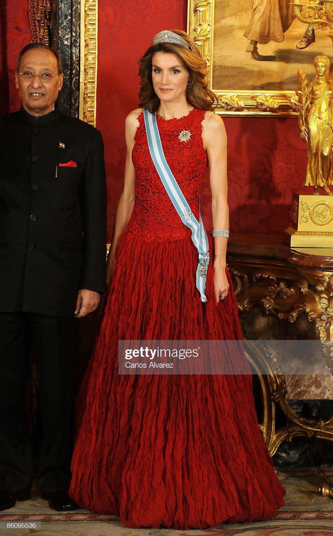 Вечерние наряды Королевы Летиции Spanish Royals Host Gala Dinner Honouring India President : News Photo