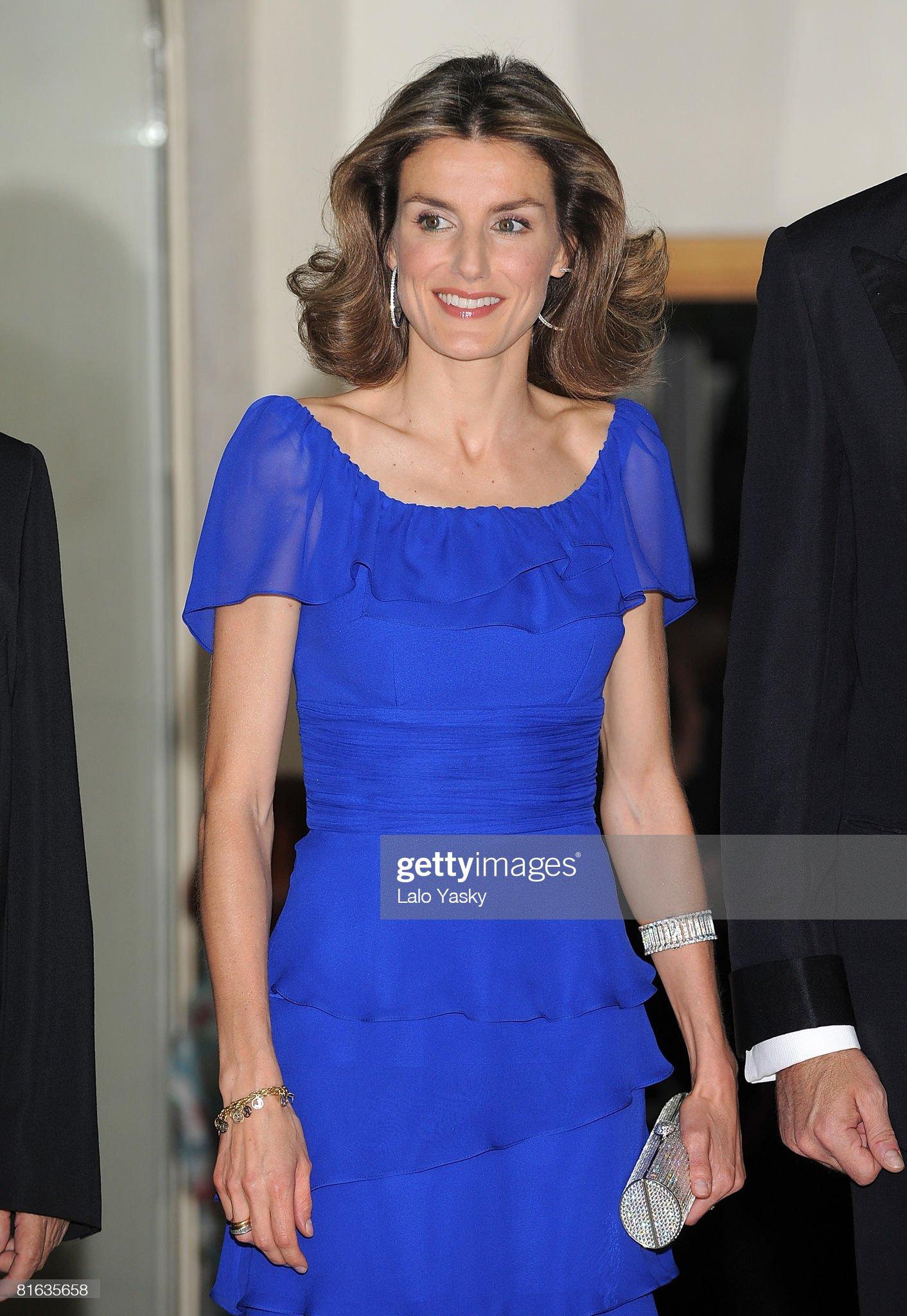 Вечерние наряды Королевы Летиции Prince Felipe and Princess Letizia Host Mingote Awards Gala Dinner : News Photo