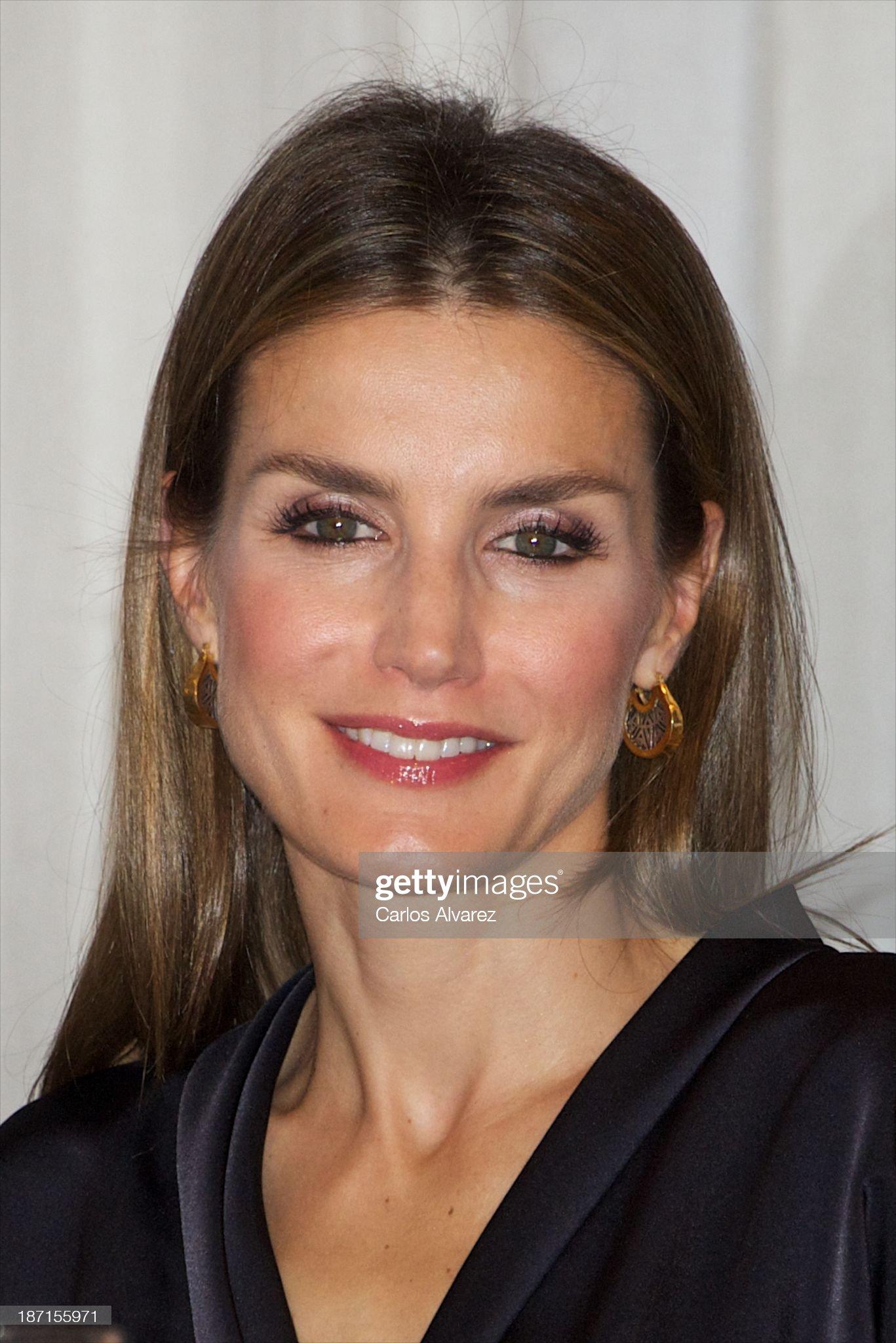 Вечерние наряды Королевы Летиции Spanish Royals Attend 'Francisco Cerecedo' Journalism Awards 2013 : News Photo