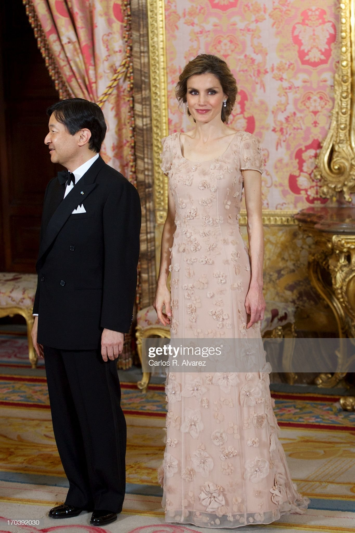 Вечерние наряды Королевы Летиции Spanish Royals and Japanese Crown Prince Naruhito Attend Dinner Gala : News Photo
