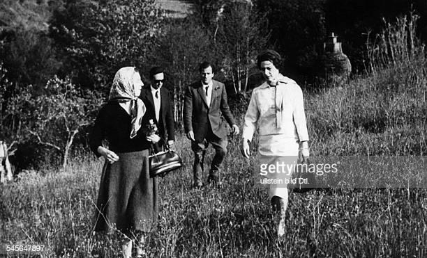 Princess Margaret Countess of Snowdon *Prinzessin GBjuengere Schwester von Koenigin Elisabeth II in Italien im Hintergrund mit Brille Prinz...
