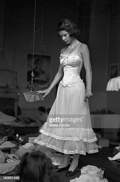 Princess Margaret Lookalike Un personne non identifiée sosie de la Princesse Margaret DU ROYAUMEUNI posant en corset