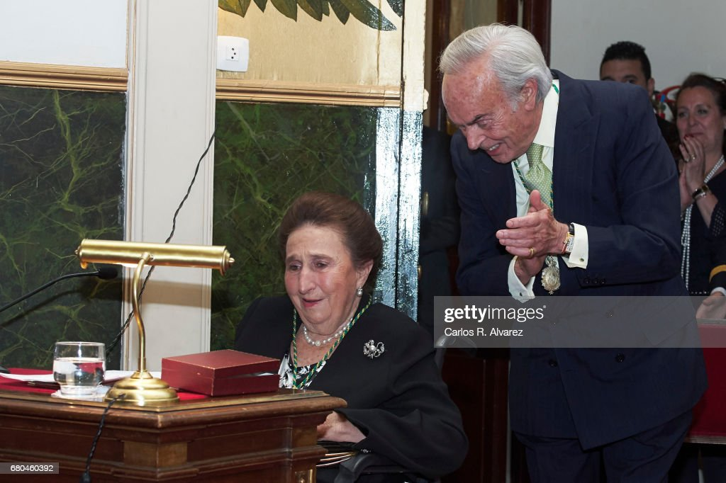 King Juan Carlos And Queen Sofia Deliver The Golden Medal Of The National Royal Academy of Medicine To Infanta Margarita : News Photo