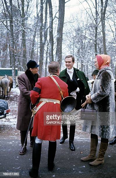 Princess Margrethe Of Denmark And The Prince Henrik Of Denmark Hunting In France France décembre 1967 Dans une forêt enneigée lors d'une chasse à...