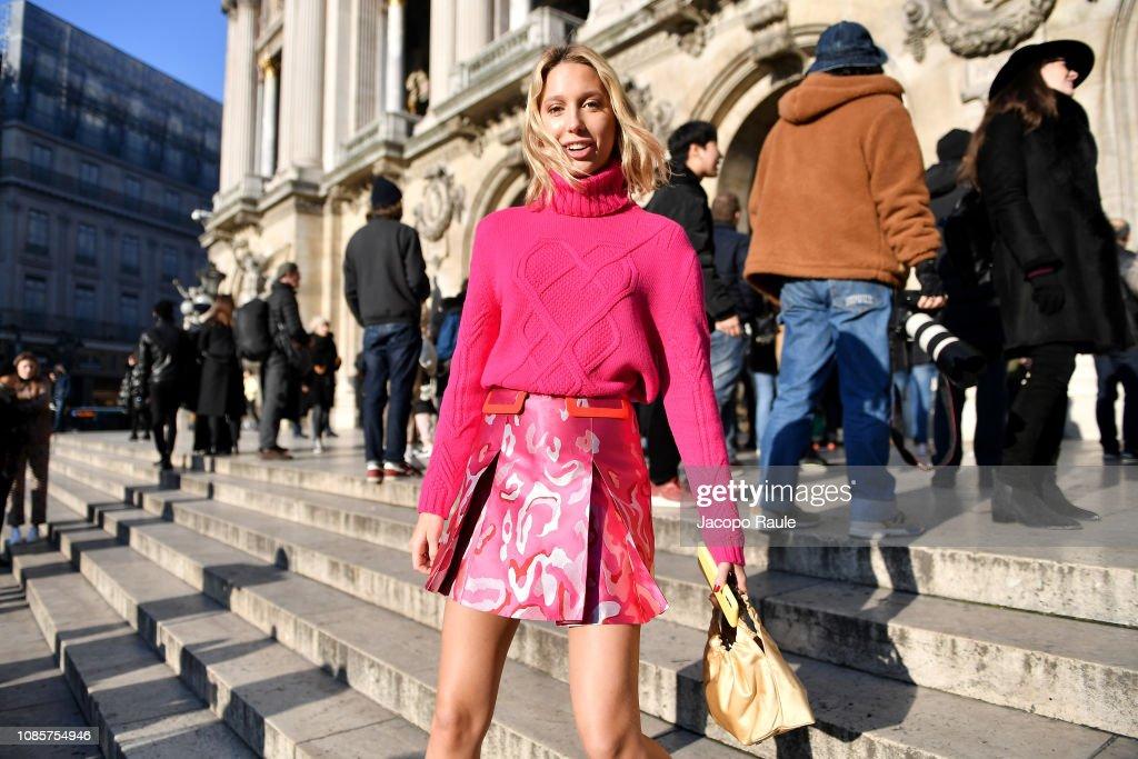 Celebrity Sightings - Paris Fashion Week - Haute Couture Spring Summer 2020 : Day One : Nachrichtenfoto