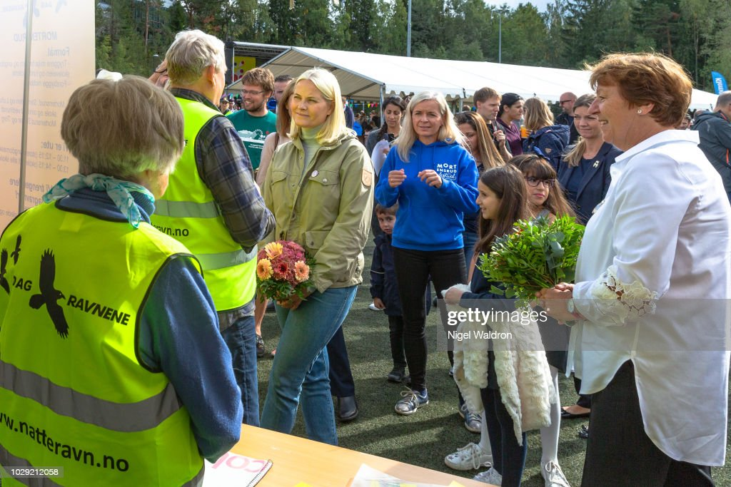 CASA REAL DE NORUEGA - Página 19 Princess-mette-marit-of-norway-is-listening-attentively-to-the-local-picture-id1029212058