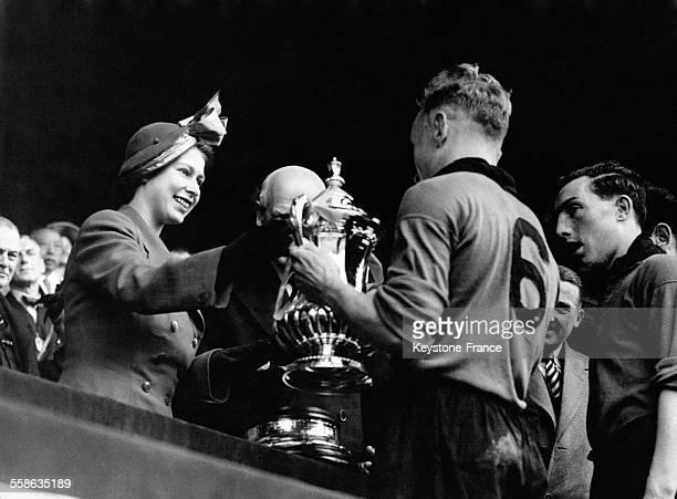 Princesse Elisabeth donnant la Coupe a Billy Wright le capitaine des Wolves qui ont battus Welcester City a Wembley le 30 avril 1949 a Londres...