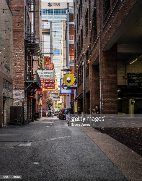 printers alley in nashville - brycia james stock pictures, royalty-free photos & images