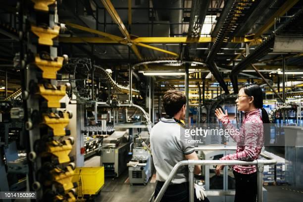 druck werk ingenieur im gespräch mit operations manager - sicherheitsausrüstung stock-fotos und bilder